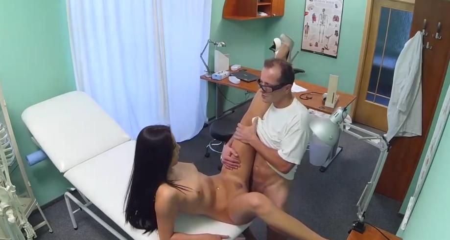 Порно Медсестра Издевается